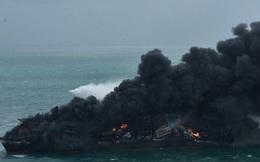 Cận cảnh tàu chở gần 1.500 container cháy ngùn ngụt 7 ngày chưa tắt ngoài khơi Sri Lanka
