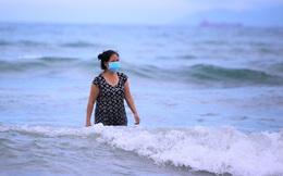 Nhiều người dân và du khách đeo khẩu trang khi tắm biển Đà Nẵng