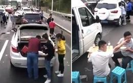 Đoạn clip gây sốt về cảnh kẹt xe tới mức phải ngồi ăn uống chờ thông đường, may mà sự thật khiến ai cũng thở phào