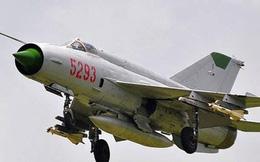 Tiêm kích MiG-21 mất lái, cắm đầu xuống đất trong cuộc diễu hành quân sự ở Libya
