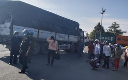 Xe tải cuốn xe máy vào gầm ở Long An, 2 người tử vong thương tâm