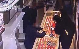 Chỉ với chiêu thức nhờ sạc điện thoại, gã đàn ông lừa đảo táo tợn, cướp đi điện thoại của hàng loạt nạn nhân