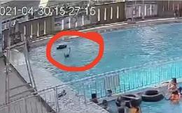 CLIP: Một người chết đuối giữa hồ bơi đông người mà không ai hay biết
