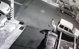 """Clip: Cô gái bị bạn trai dùng mũ bảo hiểm đánh tới tấp vào đầu bạn gái, lý do """"muôn thuở"""" khiến nhiều người ngán ngẩm"""