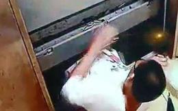 """Cậu bé 13 tuổi bước vào thang máy chung cư rồi đột ngột """"biến mất"""", gia đình khóc ngất khi xem lại video hiện trường"""