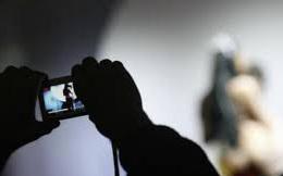"""Lắp camera quay lén trong nhà nghỉ để tống tiền các cặp đôi """"ân ái"""" ở Sài Gòn"""
