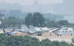 Rò rỉ hình ảnh tiêm kích tàng hình Trung Quốc trên mô hình tàu sân bay mới