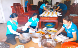 Cả trăm phụ nữ đi chợ, nấu cơm giúp các gia đình trong khu dân cư đang cách ly vì Covid-19