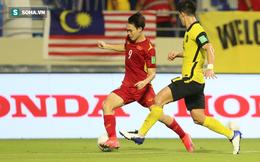 """Văn Toàn bị CĐV Malaysia """"tấn công"""" sau cú ngã mang về penalty cho ĐT Việt Nam"""
