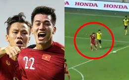 """Văn Toàn bị CĐV Malaysia """"tấn công"""" dữ dội khi giúp Việt Nam có penalty chỉ sau 1 phút vào sân"""