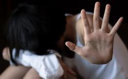 Quen biết nhau trên mạng, bé gái 13 tuổi bị gã bạn trai dùng clip nhạy cảm ép quan hệ tình dục suốt thời gian dài