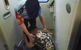 Liên tục đập đầu xuống sàn khi đang ngồi trên tàu, người đàn ông khiến ai cũng hoảng sợ nhưng rồi đều thương cảm vì biết sự thật phía sau