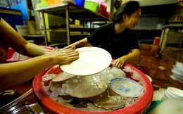 Hà Nội: Chủ quán ăn, tiệm tóc tất bật dọn dẹp xuyên đêm để mở cửa đón khách