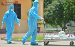 Ảnh: Giữa trời nắng 40 độ, bộ đội mặc áo bảo hộ kín mít đưa cơm cho công nhân Bắc Giang đang cách ly tập trung