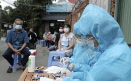 Tiêm vaccine phòng Covid-19 cho người dân ở quận 8