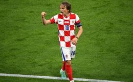 """Euro 2020: Modric ghi siêu phẩm đưa Croatia lách qua khe cửa hẹp; Tam sư vững ngôi đầu nhờ """"chân gỗ"""""""