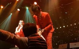 """Hồ Văn Cường được """"mưa tiền thưởng"""" khi lưu diễn: Phi Nhung xúi con cầm, rồi trách khán giả """"làm hư con"""""""