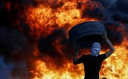24h qua ảnh: Người biểu tình Palestine vác lốp xe ném vào đám cháy