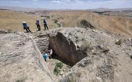 """""""Lâu đài ma"""" 2.800 tuổi xuất hiện trên... đỉnh núi"""