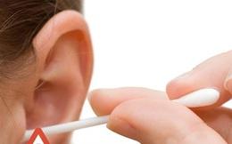 Mẹ thường xuyên dùng tăm bông ngoáy tai cho con và hậu quả