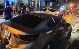 """Quảng Trị: Tài xế không chịu đo nồng độ cồn, cố thủ trong xe """"thi gan"""" CSGT"""
