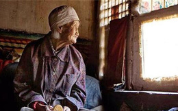 Cụ bà neo đơn qua đời ở tuổi 84, chính quyền đến kiểm kê di vật rồi không khỏi sửng sốt trước những thứ được tìm thấy dưới giường