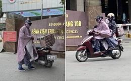 Giữa trời nắng gần 40 độ, chồng trùm áo mưa kín mít đưa vợ đi bệnh viện, lý do khiến tất cả cảm động