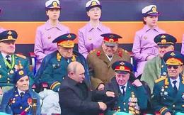 Người cựu binh già ngồi cạnh Tổng thống Putin tại Lễ duyệt binh đã bị lừa số tiền lớn ra sao?
