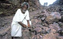 Ông lão đổ nước nóng lên núi để phá đá, mở đường, thành quả sau 22 năm khiến ai cũng ngỡ ngàng