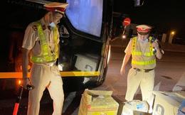 """Dừng xe khách từ Thanh Hóa vào TP.HCM, CSGT Bình Định phát hiện """"bí mật"""" giấu bên trong thùng carton"""