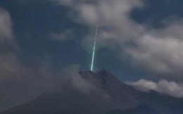 Clip như phim viễn tưởng: Sao băng từ trên trời rơi xuống đâm trúng miệng núi lửa tại Indonesia