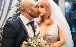 """Lực sĩ từng gây sốc khi cưới búp bê tình dục, giờ đã ly hôn cô vợ để đi theo """"người"""" mới"""
