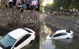 Nữ tài xế phi ô tô xuống mương, người dân dùng thang giúp chị trèo lên bờ thoát nạn
