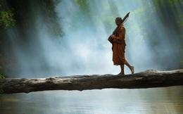 Nhà sư đang nằm ở bờ sông thì 4 phụ nữ đi đến, người thứ nhất nói 1 câu khiến ngài ngồi bật dậy