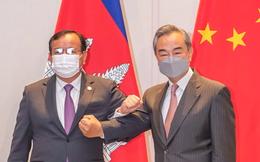 """Ngoại trưởng Trung Quốc ca ngợi """"mối quan hệ không thể phá vỡ"""" với """"đối tác gần gũi"""" Campuchia"""