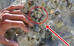 Vô tình nhìn thấy một khối đá thô trên sa mạc, những người đàn ông bảo nhau đập ra, thứ tìm được bên trong khiến tất cả lóa mắt