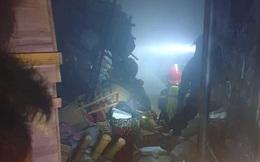 Cửa hàng hoa 2 tầng bốc cháy trong đêm, 4 người kịp thời thoát nạn