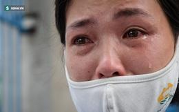 Giọt nước mắt những công nhân thu gom rác bị nợ lương khi được trao quà hỗ trợ