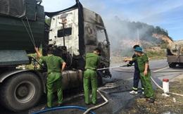 Một ngày 2 xe tải đang chạy trên quốc lộ thì bốc cháy trơ khung
