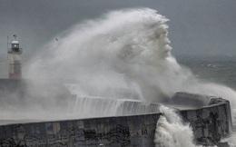 Sửng sốt hình ảnh như mặt thần biển hiện trên sóng