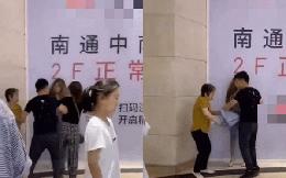 Chồng đưa nhân tình đi mua sắm gặp ngay vợ và mẹ vợ, hành động sau đó khiến 2 người giận tím mặt