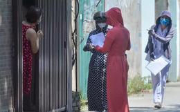Cận cảnh gõ cửa từng nhà yêu cầu người dân khai báo y tế