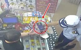 Vô tình thấy chủ cửa hàng tiện lợi nhận được 1 cuộc gọi, cảnh sát phòng cháy chữa cháy nghe thay, phá tan 1 âm mưu lừa đảo