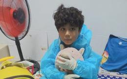 Con trai diễn viên Kim Đào lũn cũn kéo va-ly đi cách ly trong đêm, ai nhìn cũng xót