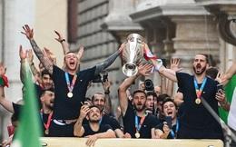 Italy diễu hành mừng chức vô địch Euro 2020: Cầu thủ cầm pháo sáng