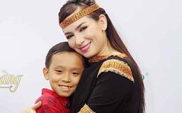 Phi Nhung và con nuôi Hồ Văn Cường ủng hộ 1 tấn gạo cho người dân nghèo