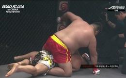 """Võ sĩ Trung Quốc dùng """"bụng bia"""" đè đối thủ Nhật Bản rồi tung liên hoàn đấm để thắng knock-out"""