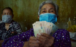 """""""Bô lão vé số"""" TP.HCM run run nhận tiền từ gói hỗ trợ 886 tỷ đồng: Có tiền chúng tôi góp lại tặng người bị giật vé số"""