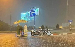 Xúc động hình cảnh các chiến sĩ công an dầm mưa suốt đêm, căng mình trực chốt kiểm dịch Covid-19