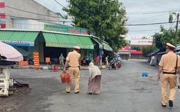 Không biết chợ bị phong tỏa, cụ bà mang rau đi bán, 2 chiến sĩ CSGT có hành động khiến người dân liền chụp hình